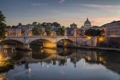 St- Peter` s Kathedrale und der Tiber-Fluss nachts lizenzfreies stockbild