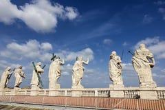 St- Peter` s Kathedralen-Dach-Statuen stockfotografie