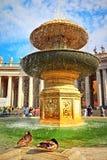 St Peter ` s kwadrata fontanna Watykański Rzym Włochy fotografia stock