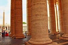 St Peter ` s kwadrata kolumnada Watykański Rzym Włochy obrazy stock