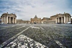 St- Peter` s Quadrat und St- Peter` s Basilika, Vatikanstadt, Italien stockfotos