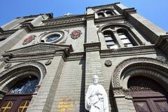 St- Peter` s Statue vor der Kirche lizenzfreie stockfotos
