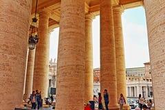 St Peter ` s vierkante colonnade Vatikaan Rome Italië stock foto
