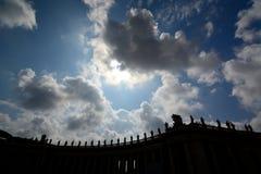 St. Peter standbeeldensilhouet. De Stad van Vatikaan royalty-vrije stock foto's
