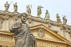 St.peter-staty och basilika, Rome Arkivfoto