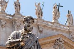 St Peter tenant la clé sur l'église photographie stock libre de droits