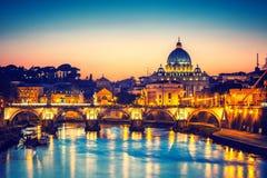 St Peter u. x27; s-Kathedrale nachts, Rom lizenzfreies stockfoto