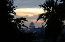 St Peter und seine legendäre Haube herrscht bei Sonnenuntergang in Rom vor, wie von Pincio gesehen Stockbild