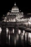 St Peter (Vaticanen) och Tiber flod natt Royaltyfri Fotografi