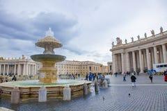 St. PETER VATIKAN ROM ITALIEN - 8. NOVEMBER: Tourist, der ein phot nimmt Lizenzfreie Stockfotos