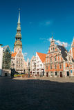 ST Peter& x27 εκκλησία του s και σπίτι των σπυρακιών στη Ρήγα, Λετονία Στοκ εικόνα με δικαίωμα ελεύθερης χρήσης