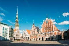 St Peter& x27; s Kerk en Huis van de Meeëters in Riga, Letland Stock Foto's