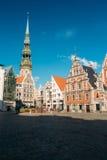 St Peter & x27; s-kyrka och hus av pormaskarna i Riga, Lettland Royaltyfri Bild
