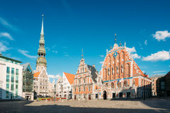 St Peter & x27; s-kyrka och hus av pormaskarna i Riga, Lettland Arkivfoton