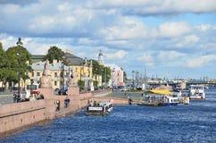 ST PETERBURG, ΡΩΣΙΑ, 08 ΣΕΠΤΕΜΒΡΙΟΥ, 2012 Ρωσική σκηνή: σκάφη αναψυχής στον ποταμό Neva στο ST Peterburg Στοκ Εικόνες