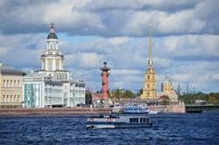 ST PETERBURG, ΡΩΣΙΑ, 08 ΣΕΠΤΕΜΒΡΙΟΥ, 2012 Ρωσική σκηνή: σκάφη αναψυχής στον ποταμό Neva στο ST Peterburg Στοκ Φωτογραφία
