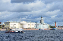 ST PETERBURG, ΡΩΣΙΑ, 08 ΣΕΠΤΕΜΒΡΙΟΥ, 2012 Ρωσική σκηνή: σκάφη αναψυχής στον ποταμό Neva στο ST Peterburg Στοκ Φωτογραφίες