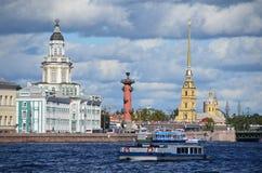 ST PETERBURG, ΡΩΣΙΑ, 08 ΣΕΠΤΕΜΒΡΙΟΥ, 2012 Ρωσική σκηνή: σκάφη αναψυχής στον ποταμό Neva στο ST Peterburg Στοκ φωτογραφίες με δικαίωμα ελεύθερης χρήσης