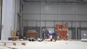 ST PETERBURG - 12月10日:人timelapse修建一个大现代仓库 股票视频