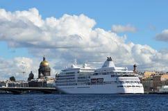 ST PETERBURG, RUSIA, SEPTIEMBRE, 08, 2012 Escena rusa: nadie, barco de cruceros grande en el Neva Foto de archivo libre de regalías