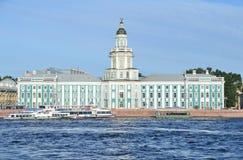 ST PETERBURG, RUSLAND, 08 SEPTEMBER, 2012 Russische scène: pleziervaartuigen op Neva-rivier in St Peterburg dichtbij Kunstkamera Royalty-vrije Stock Afbeeldingen