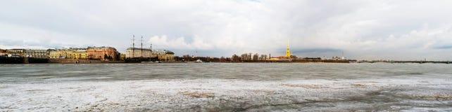 St Peterburg, Ryssland Med is Neva flod med den Peter och Paul fästningen Royaltyfri Fotografi