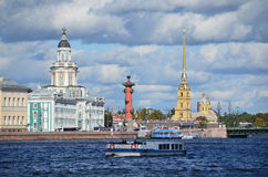 ST PETERBURG RYSSLAND, SEPTEMBER, 08, 2012 Rysk plats: fritids- hantverk på den Neva floden i St Peterburg Arkivbild