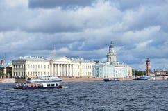 ST PETERBURG RYSSLAND, SEPTEMBER, 08, 2012 Rysk plats: fritids- hantverk på den Neva floden i St Peterburg Arkivfoton