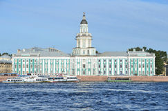 ST PETERBURG RYSSLAND, SEPTEMBER, 08, 2012 Rysk plats: fritids- hantverk på den Neva floden i St Peterburg nära Kunstkamera Royaltyfria Bilder