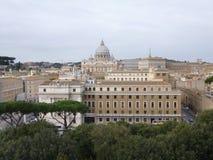 St- Peterkathedrale über den Dachspitzen von Rom Stockfoto