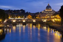 St. Peters Basilica från floden Tiber Royaltyfri Foto