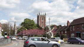 St Peters Church et le trafic dans le bourg anglais banque de vidéos