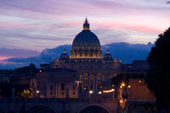 St. Peters Dom bij nacht royalty-vrije stock afbeeldingen