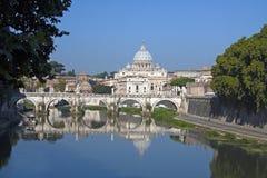 St Peters kyrka från den Tiber floden, Rome Italien Royaltyfri Bild