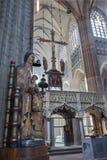 Лёвен - ступица собора St Peters готического и готическая статуя Madonna стоковая фотография rf