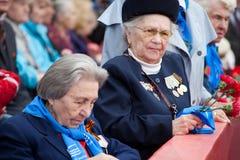 St Petersbourg /RUSSIA - 9 mai : Le vieux vétéran de WWII décorent Photos stock
