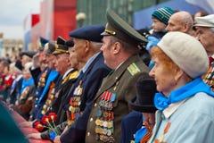 St Petersbourg /RUSSIA - 9 mai : Le vieux vétéran de WWII décorent Image libre de droits