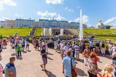 ST PETERSBOURG, RUSSIE - 27 JUILLET 2014 : La vie de touristes intense n photo libre de droits