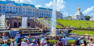 ST PETERSBOURG, RUSSIE - 27 JUILLET 2014 : La vie de touristes intense n photos libres de droits