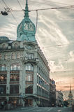 St Petersbourg, Russie - 26 juillet 2015 : Le beau ciel de coucher du soleil de vue près du bâtiment d'Amirauté d'un piéton Photographie stock libre de droits
