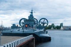 St Petersbourg, Russie - 2 juillet 2017 : Salon naval international Visiteurs sur la plate-forme d'une petite barge de débarqueme Photos stock