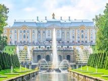 ST PETERSBOURG, RUSSIE - 28 JUILLET 2018 : Samson et la fontaine de lion en cascade grande de Peterhof, St Petersburg, Russie photos libres de droits