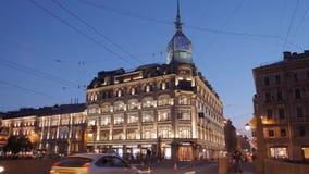 ST PETERSBOURG, RUSSIE - 5 JUIN 2019 : Illumination même de beaux bâtiments dans le St Petersbourg Personnes inconnues clips vidéos