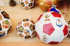 ST PETERSBOURG, RUSSIE - 8 JUIN 2018 : Souvenirs pour la coupe du monde Fenêtre de boutique, ballons de football, souvenirs, poup Images stock