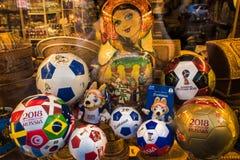 ST PETERSBOURG, RUSSIE - 8 JUIN 2018 : Souvenirs pour la coupe du monde Fenêtre de boutique, ballons de football, souvenirs, poup Photographie stock