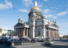 St Petersbourg, Russie le 12 septembre 2016 : Le trafic de voiture de St devant le ` s Cathedralin St Petersburg, Russie de St Is Photos libres de droits
