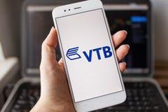 ST PETERSBOURG, RUSSIE - 14 MAI 2019 : Logo de la banque russe VTB sur l'écran de smartphone photo stock