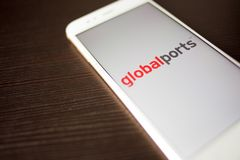 ST PETERSBOURG, RUSSIE - 14 MAI 2019 : Logo des ports globaux de soci?t? russe sur l'?cran de smartphone image stock