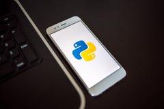 ST PETERSBOURG, RUSSIE - 16 MAI 2019 : Python de langage de programmation pour le développement mobile, concept photos libres de droits