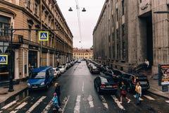 St Petersbourg, RUSSIE - 31 mai 2017 : Rues de St Petersburg, Nevsky de croisement Prospekt Photographie stock libre de droits